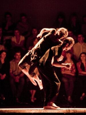 Pokaz pracy treningowej X APT podczas Festiwalu Teatrów Błądzących 19.06.2011. Na zdjęciu J. Belzyt i A. Manuilov. Fot. K. Bieliński.