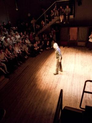 Pokaz pracy treningowej X APT podczas Festiwalu Teatrów Błądzących 19.06.2011. Na zdjęciu: M. Gołaj (zapowiada pokaz). Fot. K. Bieliński.