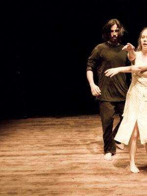 Pokaz pracy treningowej X APT podczas Festiwalu Teatrów Błądzących 19.06.2011. Na zdjęciu M. Quintela i A. Sadowska. Fot. K. Bieliński.