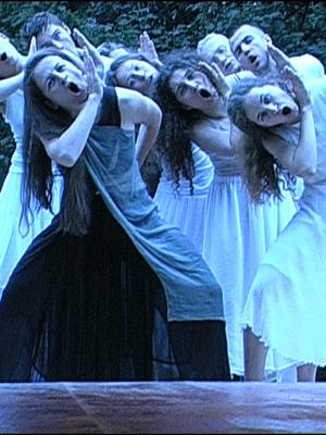 """""""Sceny z Elektry"""" (2002 rok). Na zdjęciu: D. Gorzkiewicz, J. Holcgreber, K. Ślusarczyk, I. Załęczna, M. Jawor, Ł. Sosulski, H. Domański, A. Bogdanowicz. Fot. archiwum OPT """"Gardzienice"""""""