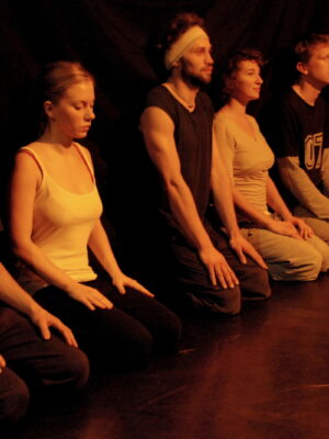 Pokaz prac X APT podczas Festiwalu Teatrów Błądzących 24.10.2010. Na zdjęciu D. Adamczyk, A. Sadowska, A. Manuilov, A. Czaplewska, M. Kuryłowicz, T. Ducin. Fot. J. Holcgreber