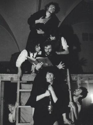 """""""Żywot Protopopa Awwakuma"""". Na zdjęciu: A. Zubrzycki, M. Gołaj, T. Rodowicz, J. Rodowicz, S. Tomala, D. Porowska, J. Ennis , Fot. Z. Rytka"""