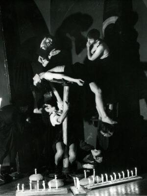 """""""Żywot Protopopa Awwakuma"""". Na zdjęciu: M. Gołaj (po prawej na dole), D. Porowska (po prawej na dole), A. Zubrzycka (przy palu), J. Rodowicz (w głębi), T. Rodowicz (z lewej), A. Turnheim (na kole), H. Andruszko (na ścianie po lewej), J. Ennis (na ścianie po prawej). Fot. Z. Rytka"""